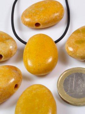 Jaspis gelb, Trommelsteine gebohrt