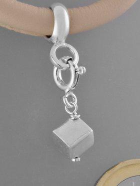 Charm mit Silberwürfel gebürstet ø 0,6, L. ca. 2,1 cm mit Federring