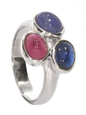 Rubin, Disthen, Tansanit, Ring aus drei Edelsteinen, Cabochon geschliffen, gefasst in 925 Silber, verschiedene Größen, 1 St.