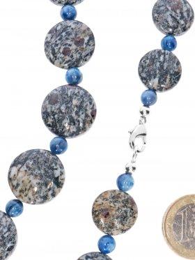 Kette mit Karabinerverschluß in Granat, Hornblende, Schiefer Scheiben mit Disthen Kugeln, Länge 52 cm, Unikat