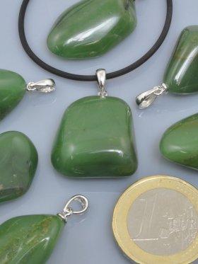Chalcedon grün, Trommelsteine mit Öse rhodiniert, VE 1 St.