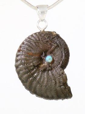 Souvenir aus der Provence - Anhänger aus Ammonit mit Opal mit einer Silberöse, Unikat