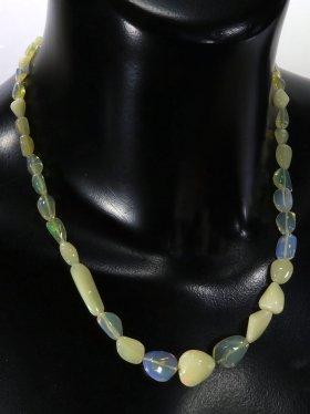 Edelopal Halskette, Nuggets flach mit Verlauf ø 6,5 - 15 mm, Karabinerverschluss aus 925 Silber, Länge 44 cm, Unikat